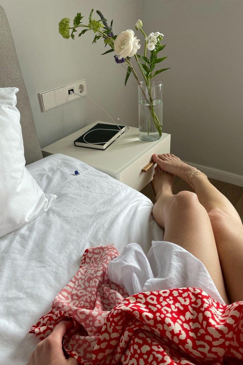 pernas cama mulher