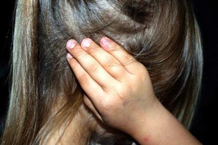 Criança tapa o ouvido