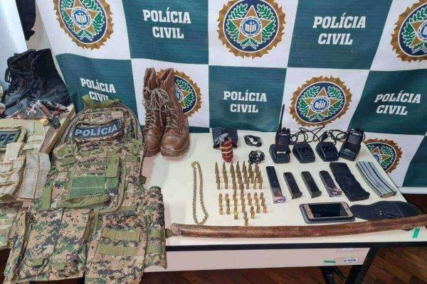 Polícia apreende fardas do Exército e uniforme da Polícia Civil
