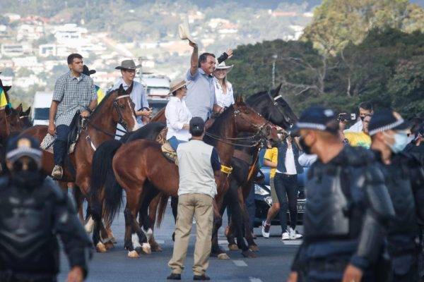 Após sobrevoo de helicóptero, Bolsonaro passeia na Esplanada montado em cavalo