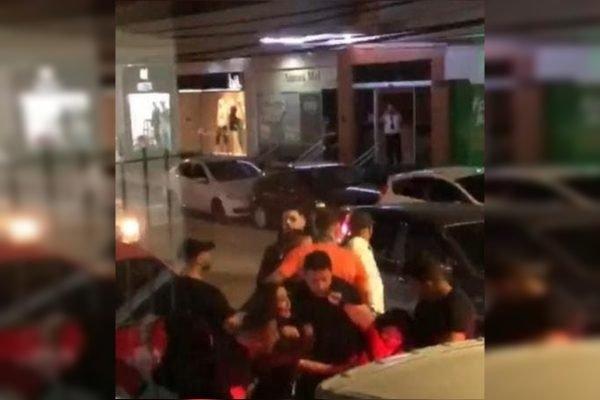 Briga em frente de bar em Florianópolis