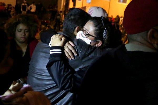 Familiares do funkeiro Kevin Nascimento Bueno, de 23 anos, conhecido como MC Kevin, morreu na noite deste domingo