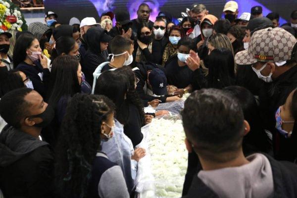 Familiares, amigos e fãs se despedem de MC Kevin, nessa terça-feira, em São Paulo