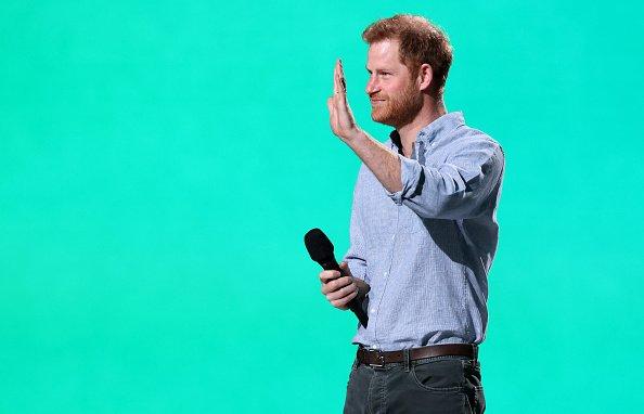 Príncipe Harry segurando microfone