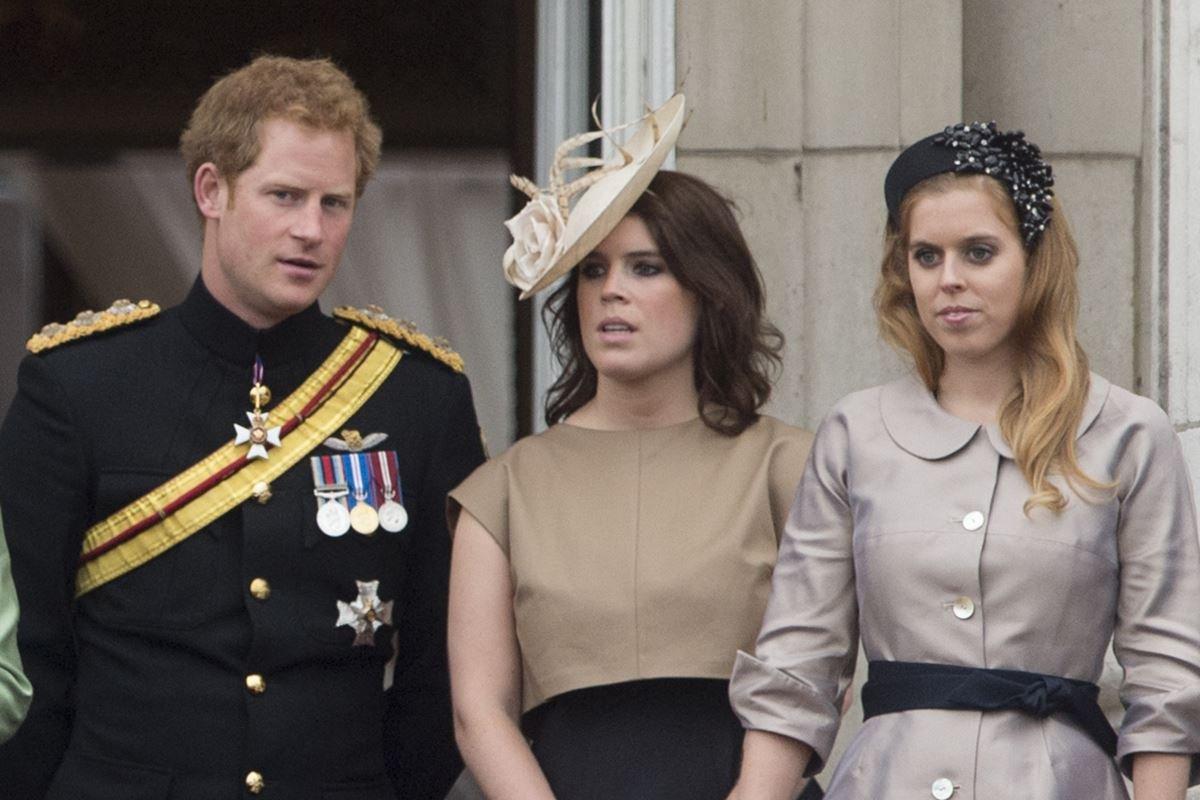 Príncipe Harry com Eugenie e Beatrice