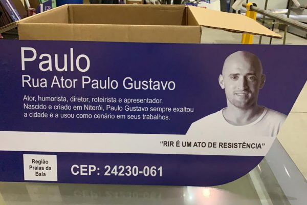 Prefeitura de Niterói instala 46 placas na rua Ator Paulo Gustavo