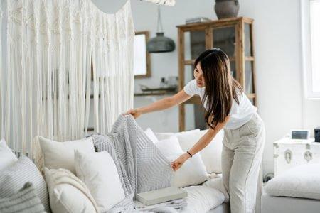 Mulher decorando a casa