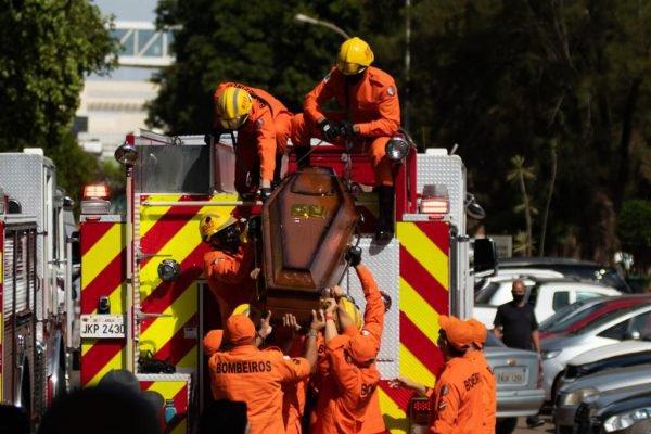 Enterro do bombeiro morto durante assalto no DF