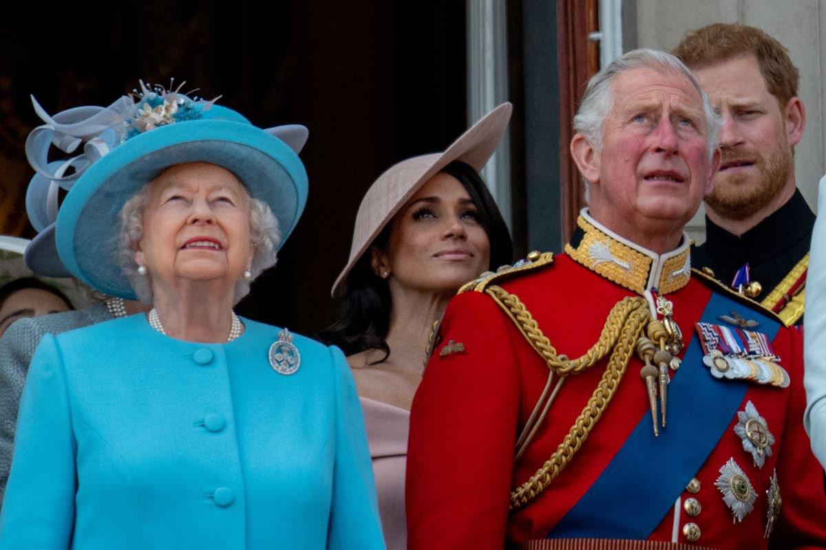 Rainha Elizabeth, Meghan Markle com príncipes Charles e Harry