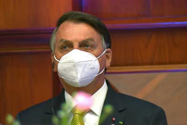 De máscara, Bolsonaro participa de posse do presidente do Equador