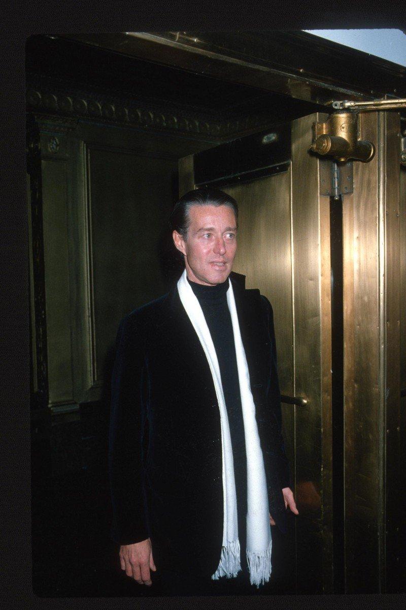 Designer Halston chega à festa de reinauguração do Studio 54 em Nova York, em 1978