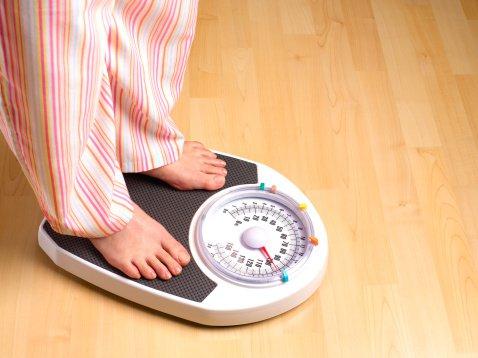 Mulher se pesando