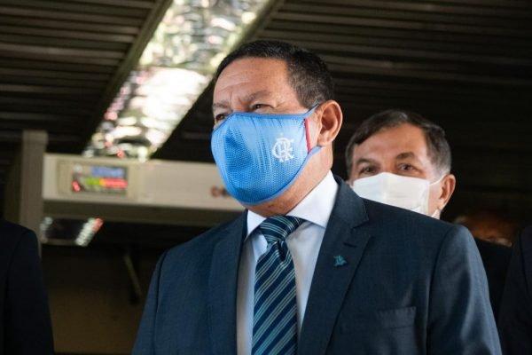 Hamilton Mourão fala com a imprensa na saída da vice-presidência