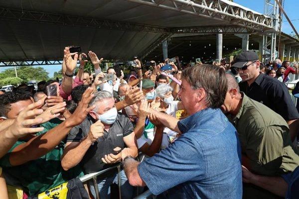 O presidente Jair Bolsonaro e apoiadores