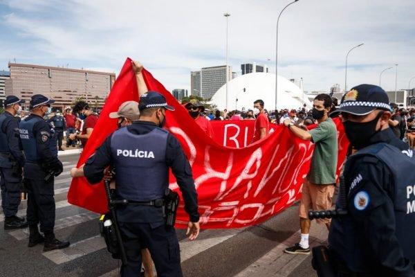 Policiais militares revistam manifestantes na entrada da Esplanada dos Ministérios durante protesto com o governo bolsonaro