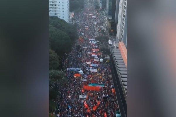 Manifestantes tomam Avenida Paulista em ato contra Bolsonaro