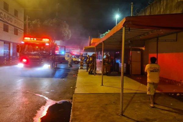 Bombeiros combatem incêndio em lanchonete no Paranoá