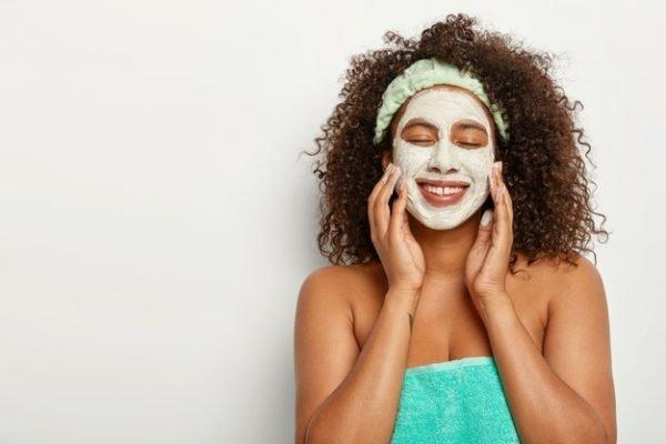 Mulher com máscara de tratamento no rosto