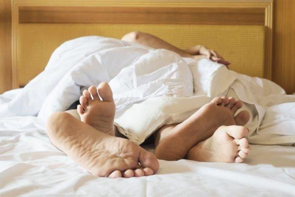 Casal junto na cama