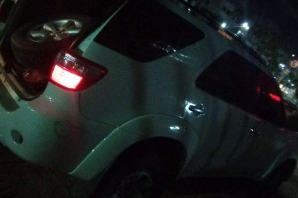 Carro que assaltantes dirigiam quando abordaram mulher