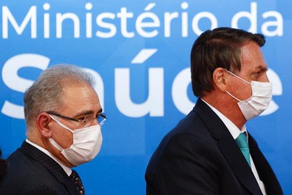 Presidente Jair Bolsonaro e o Ministro Marcelo Queiroga durante evento de Assinatura do contrato de transferência de tecnologia da AstraZeneca para a Fundação Oswaldo Cruz (Fiocruz) em Brasília.
