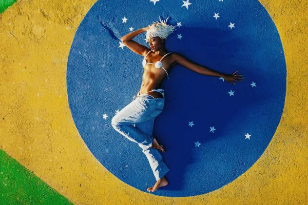 IZA deitada na bandeira do Brasil