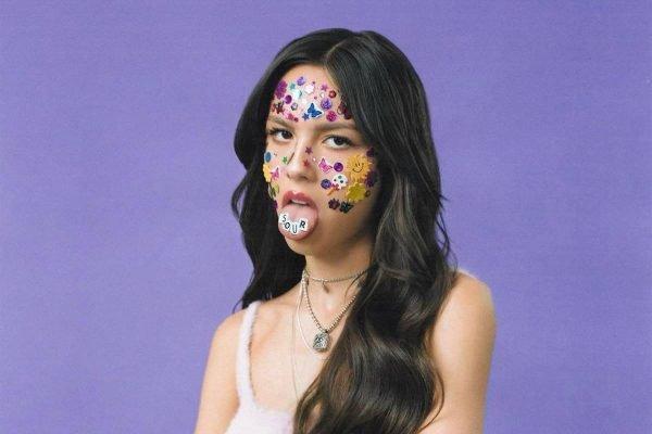 Olivia Rodrigo na capa do álbum Sour