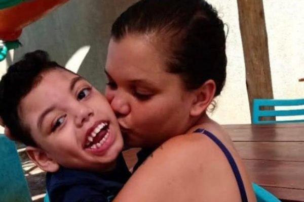 Sabrina Duarte, de 24 anos, com o filho de 4 anos.
