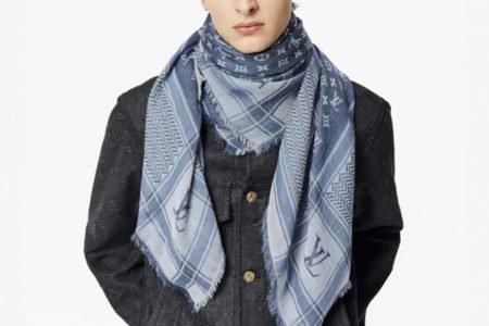 Modelo com lenço azul