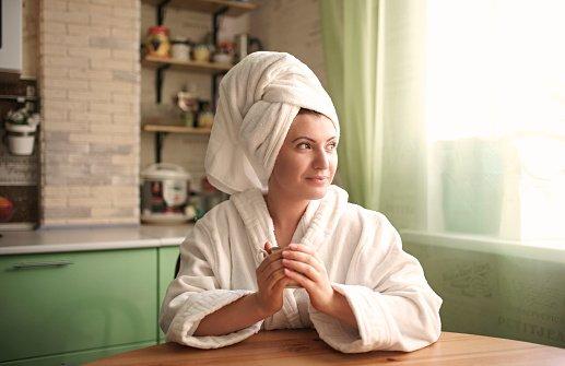 Mulher com toalha na cabeça