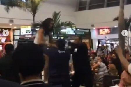 Mulher foi retirada do shopping quando protestou