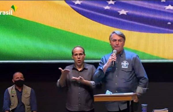 Bolsonaro volta a questionar mortes por Covid e promover a cloroquina