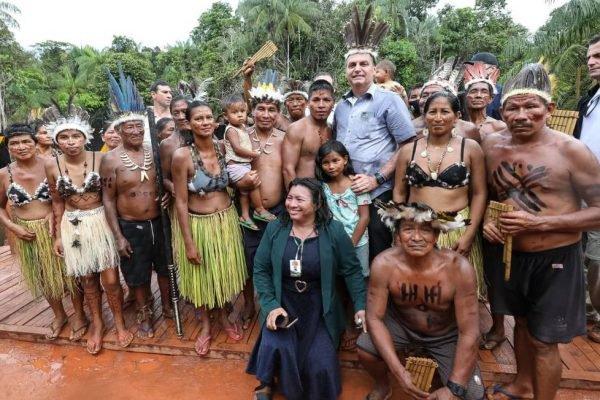 Bolsonaro com indígenas