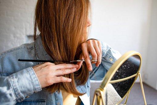 Mulher cortando cabelo