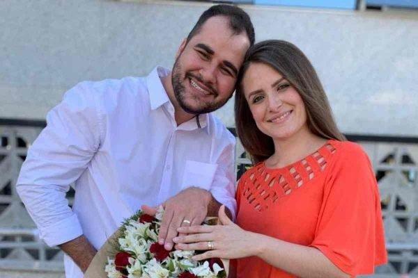 Pais de gêmeos prematuros ficam noivos em hospital