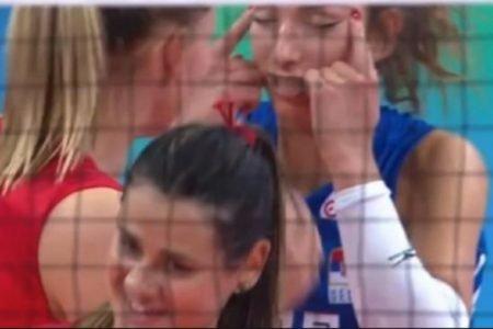 Jogadora da Sérvia fazendo gesto racista