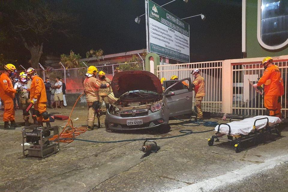Bombeiros durante atendimento à vítima de acidente em Taguatinga