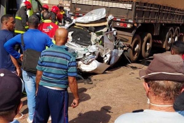 Carro foi completament esmagado entre dois caminhões