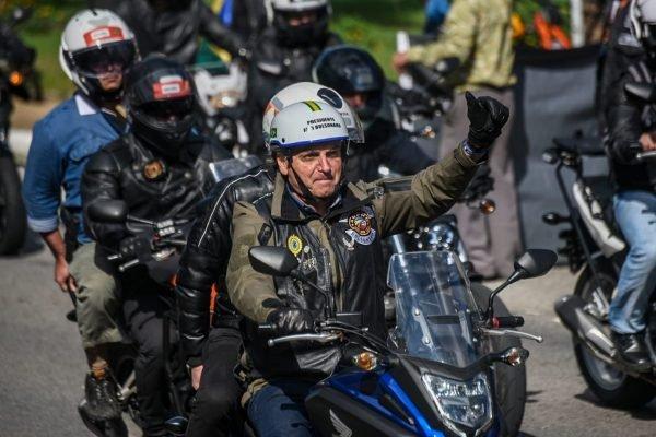 """Bolsonaro cumprimenta apoiadores durante """"motociata"""" em São Paulo"""""""
