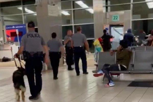 Homem ameaçar derrubar o avião