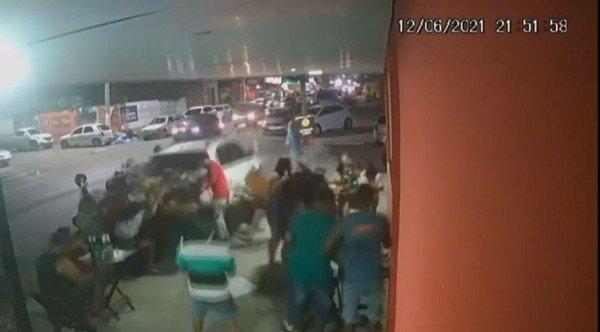 carro invade bar