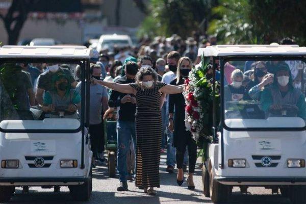 Enterro de vítimas de chacina no DF
