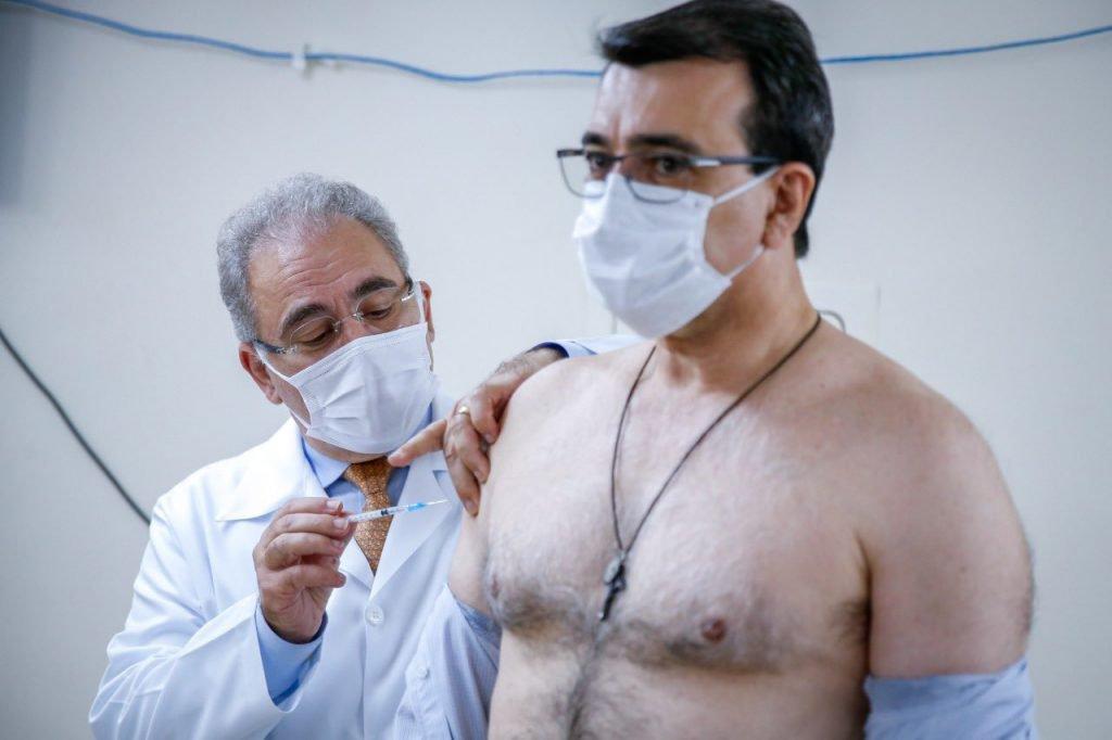 Marcelo Queiroga vacina Carlos Alberto França contra a Covid-19