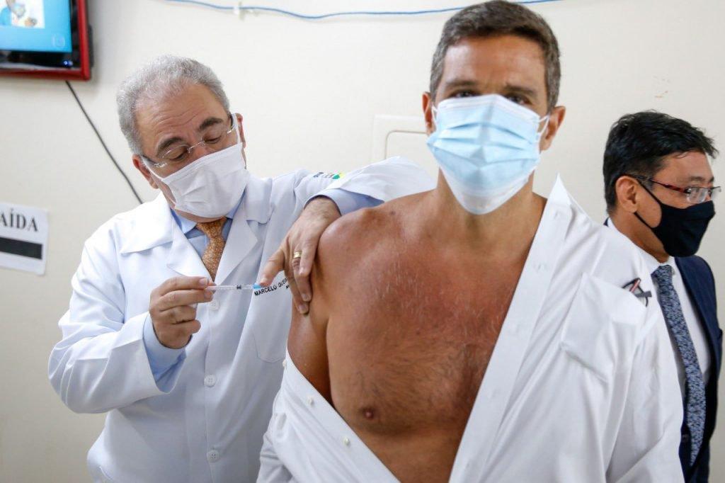 Marcelo Queiroga vacina Roberto Campos Neto contra a Covid-19