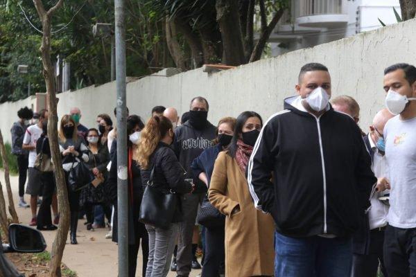 Postos de saúde da cidade de São Paulo registram longas filas de espera para a vacinação contra Covid-19