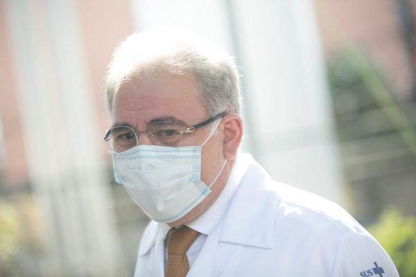 Ministro da saúde, Marcelo Queiroga, aplica a dose da vacina contra a Covid no ministro Marcos Pontes e no Presidente da Caixa, Pedro Guimarães.