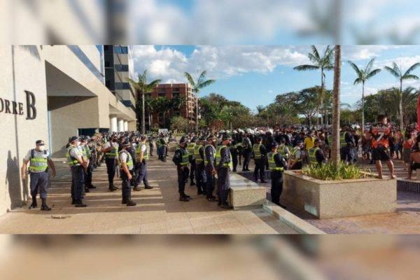 policiais em frente a Funai