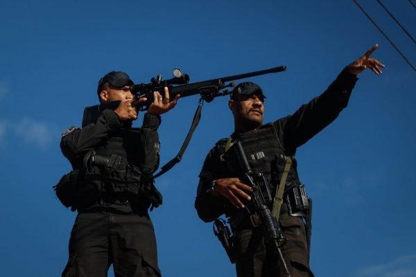 Agentes do Batalhão de Operações Especiais realizam busca para encontrar Lázaro Barbosa, após denúncia de que ele estaria escondido em região de mata fechada