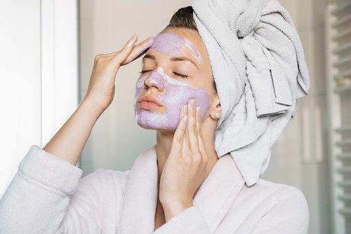 mulher passando máscara facial