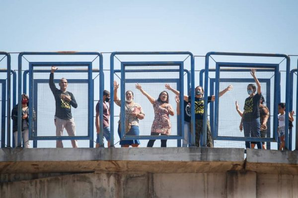 Moradores de Girassol rezam em passarela que cruza a BR-070